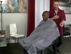 Barbeiro comendo o cu do neg&atilde_o