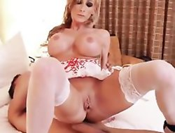 Whorish blonde nurse in sexy unvaried bonks her patient in verge upon