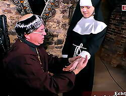 junge nonne zum concupiscent setting up verführt im kloster